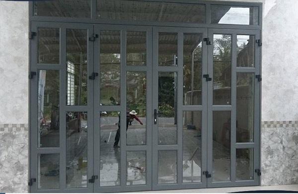 Cửa nhôm Xingfa màu ghi chia nhiều ô cửa nhỏ