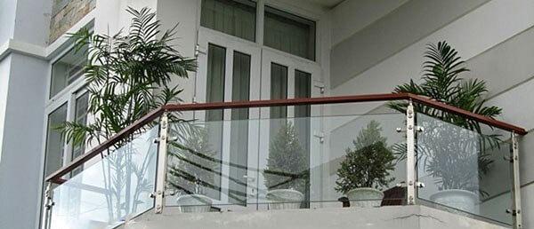 Mẫu lan can ban công kính trụ inox tay vịn gỗ
