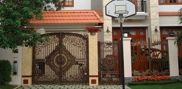 Cửa cổng 2 cánh rộng sẽ có cửa phụ có giá thành cao hơn