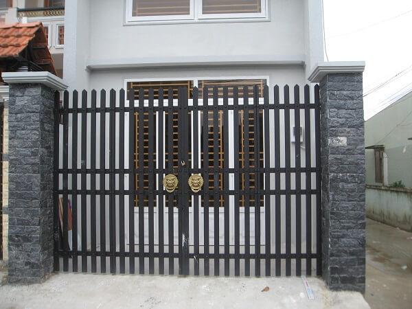 Cổng ngõ nên được sơn bởi các loại sơn bền màu, chống chọi được với thời tiết