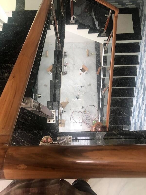 Đội ngũ nhân công lành nghề, uy tín tại VM Windows đang thi công lắp cầu thang kính