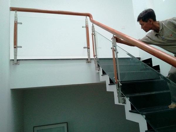 Đo đạc kỹ lưỡng khi lắp đặt lan can kính cầu thang tại Quảng Ngãi