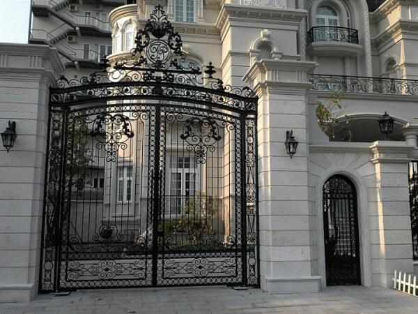 Cổng ngõ 2 cánh cầu kỳ, họa tiết phần đỉnh cổng rất bắt mắt