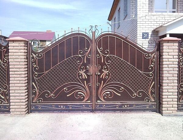 Cửa cổng kín với họa tiết nổi bật cá tính