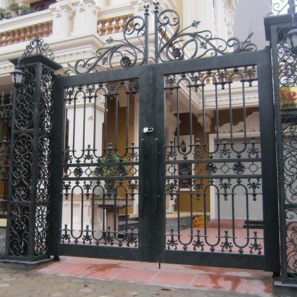 Cổng sắt màu đen với nhiều hoa văn đanh cho biệt thự sang trọng