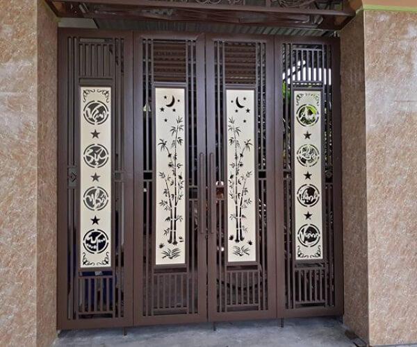 Loại cổng thời thượng với họa tiết chữ và tranh thư pháp