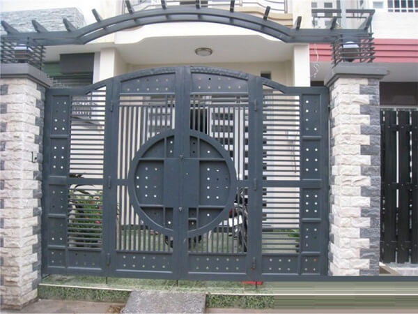 Cửa cổng nhà 4 cánh bằng sắt hộp bền bỉ
