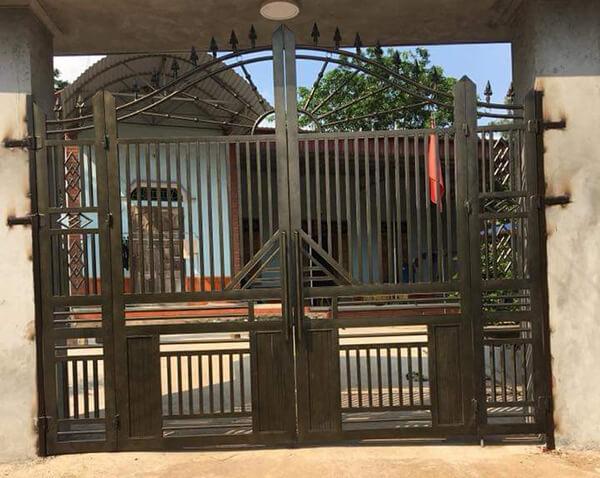 Mẫu cổng sắt 4 cánh thông dụng hay được sử dụng ở công trình nhà ở