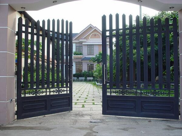 Mẫu cổng nhà bằng sắt lớn 2 cánh màu đen bền bỉ được ưa chuộng nhiều