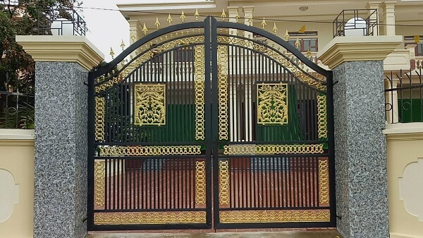 Cổng sắt 2 cánh màu đối nghich nổi bật, họa tiết cầu kỳ