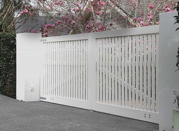 Cổng ngõ 2 cánh màu trắng thích hợp với biệt thự sân vườn