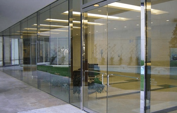 Cửa kính bản lề sàn là gì?