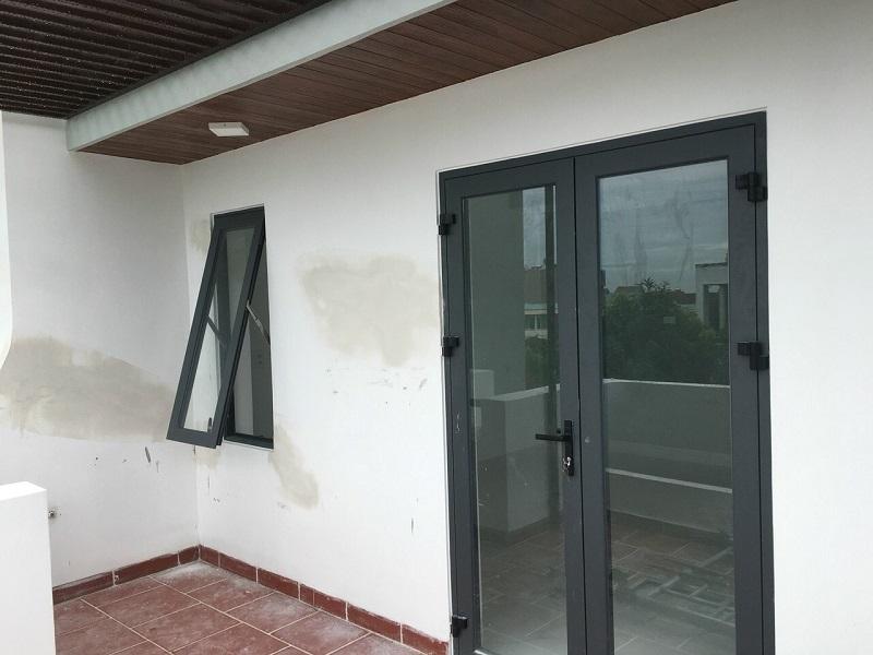 Mẫu cửa sổ nhôm xingfa mở hất và cửa đi nhôm xingfa 2 cánh hiện đại