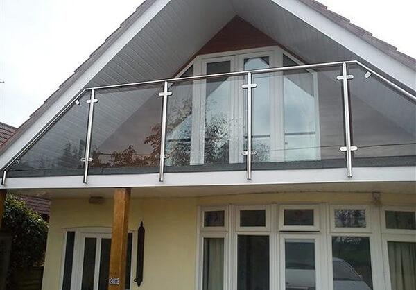 Mẫu lan can ban công kính cho nhà mái lợp