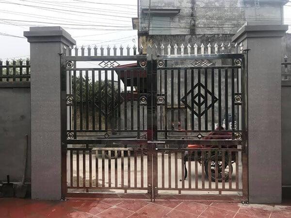 Mẫu cổng nhà bằng inox thường được sử dụng ở vùng thôn quê