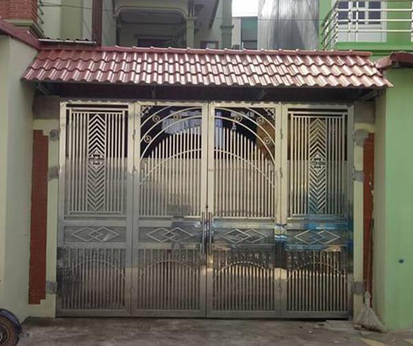 Cổng ngõ 4 cánh inox khung vuông dày dặn, thiết kế kín an toàn