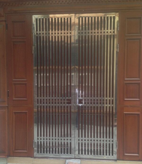 Cổng inox 2 cánh thông dụng với thanh song song đơn giản