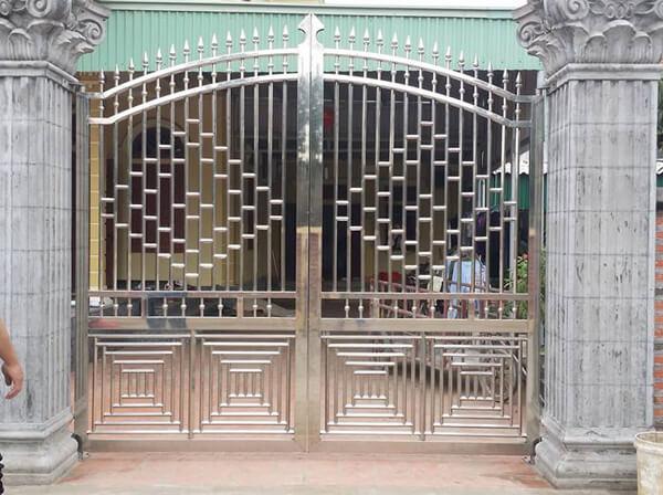 Cổng ngõ inox với họa tiết hình học đan xen tạo điểm nhấn cho ngôi nhà