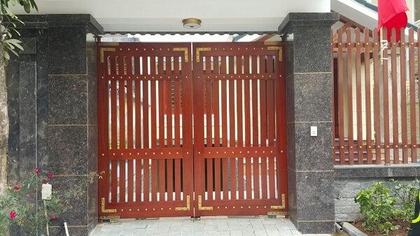 Mẫu cửa màu vân gỗ 2 cánh khung chữ nhật kín đáo