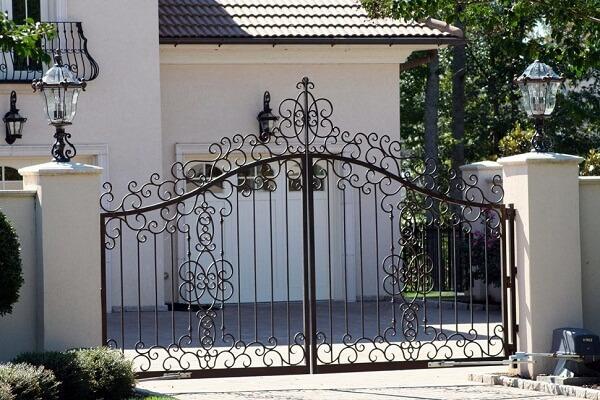 Mẫu cổng trang trí các hoa văn xoắn phổ biến những tạo sự thanh nhã cho ngôi nhà