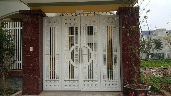 Cửa cổng 4 cánh trắng tao nhã với các chi tiết nhỏ kín đáo