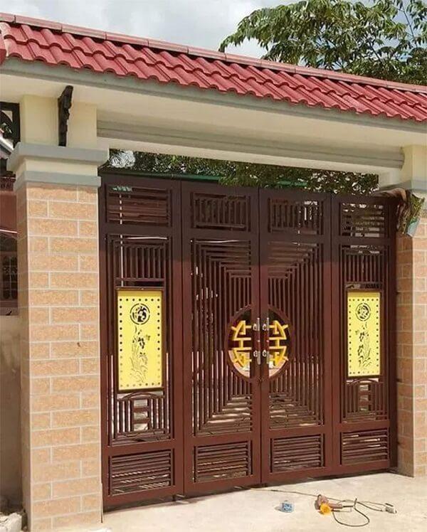 Sang trọng hơn với cửa cổng bằng gỗ trang trí tranh cổ 2 bên