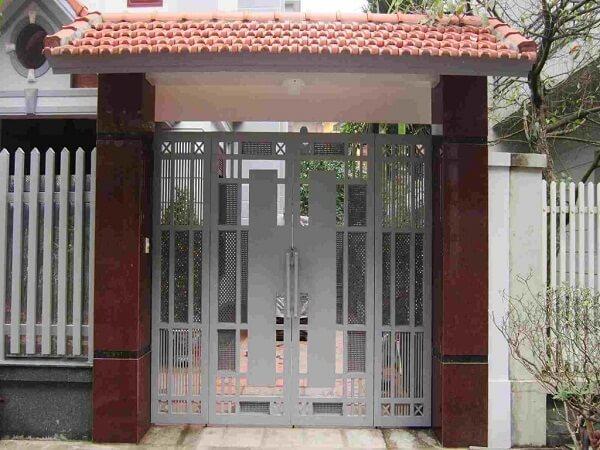 Cửa cổng sắt 4 cánh màu xám với cách trang trí phức tạp