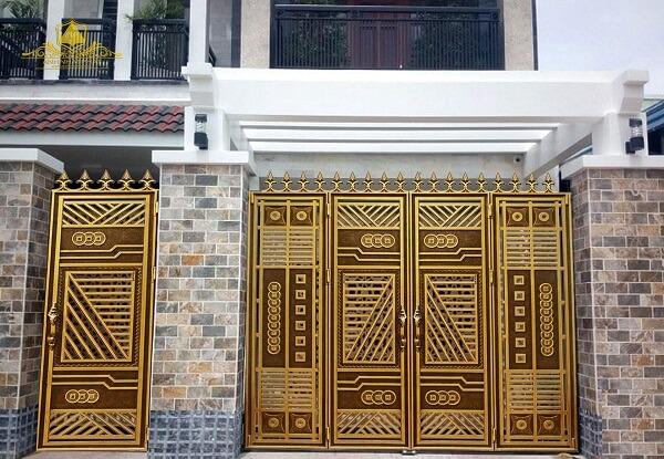 Cửa cổng nhôm đúc 4 cánh màu gold có lối đi phụ, thích hợp với nhà phố