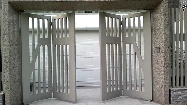Cổng ngõ 4 cánh chắc chắn được phủ lớp sơn tĩnh điện bền đẹp