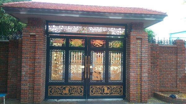Mẫu cửa cổng 4 cánh thượng đẳng được trang trí tranh tứ quý độc đáo