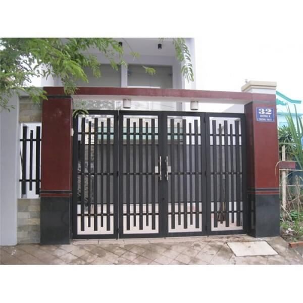 Cửa sắt khung vuông tối giản với các thanh cửa xếp so le
