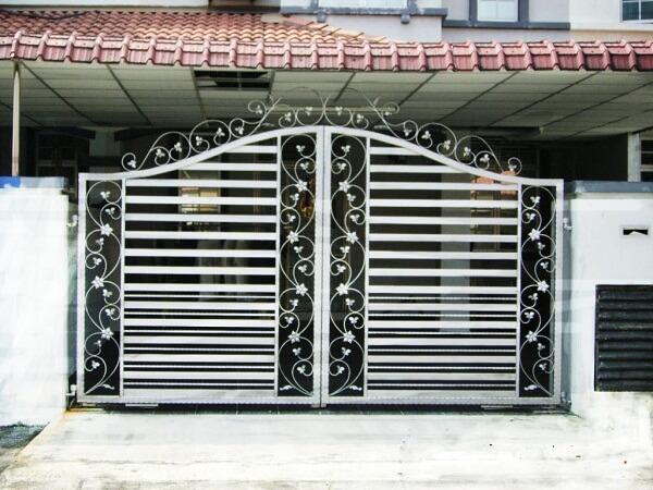 Cửa cổng nhiều chi tiết hoa văn nổi bật với 2 màu đen trắng cùng song sắt hở