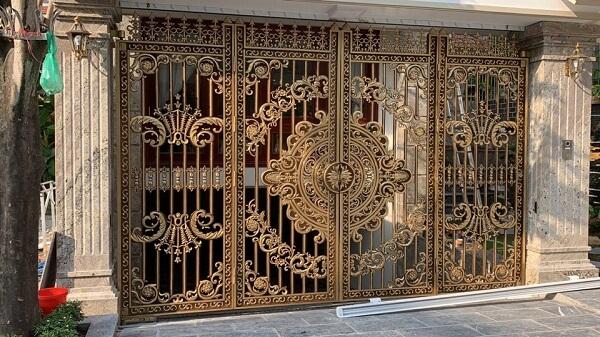 Cửa cổng 4 cánh biệt thự hòa tiết cầu kỳ được ưa chuộng