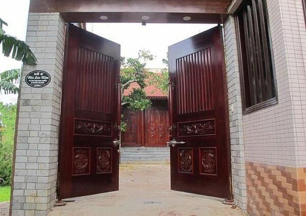 Cửa cổng 2 cánh gỗ hợp với người mệnh mộc