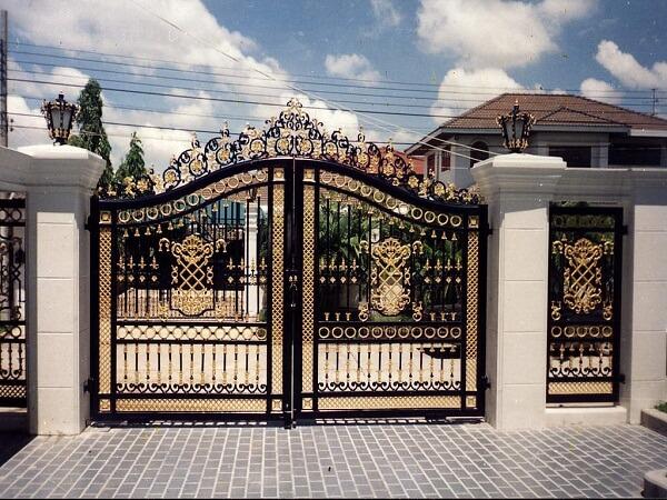 Cửa cổng 2 cánh sang trọng cho biệt thự, có cửa phụ đi kèm