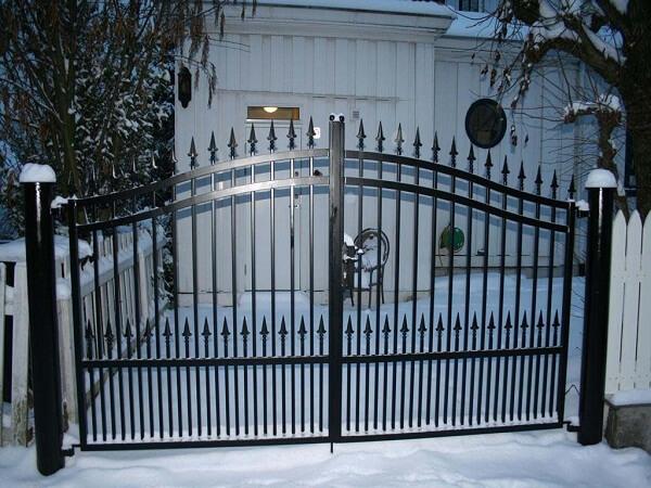 Cửa cổng bằng sắt được phun lớp sơn tĩnh điện đen đơn giản