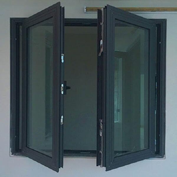Cửa nhôm màu đen với kính trắng phản chiếu