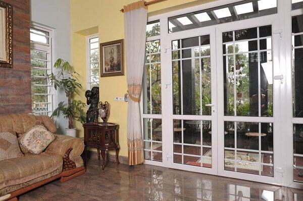 Mẫu cửa nhôm kính màu trắng khiến không gian rộng mở hơn