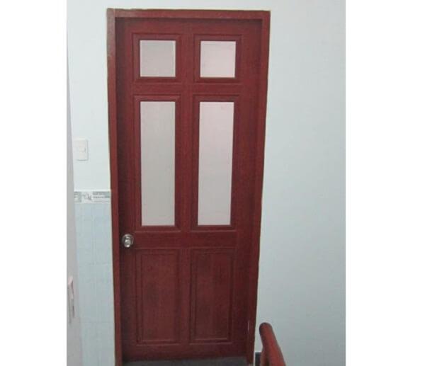 Mẫu cửa đi 1 cánh nhôm kính màu vân gỗ có 2 ô chia đều phổ biến