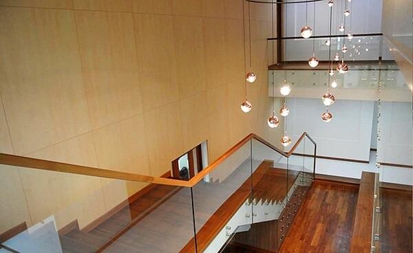 Mẫu lan can cầu thang kính kiểu hiện đại