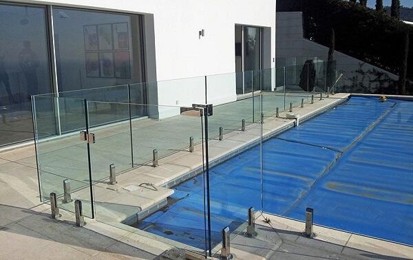 Lan can kính ở bể bơi