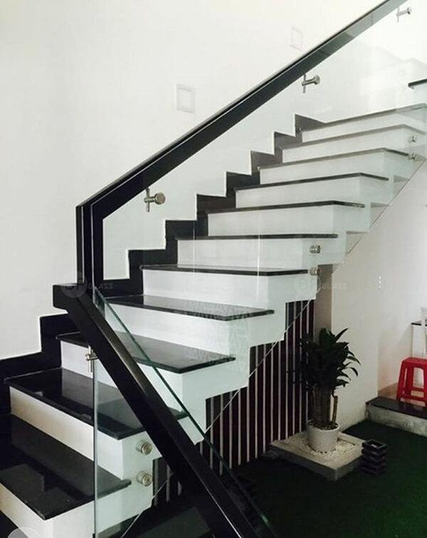 Mẫu lan can cầu thang kính tay vịn màu đen hòa hợp với bậc thang đen
