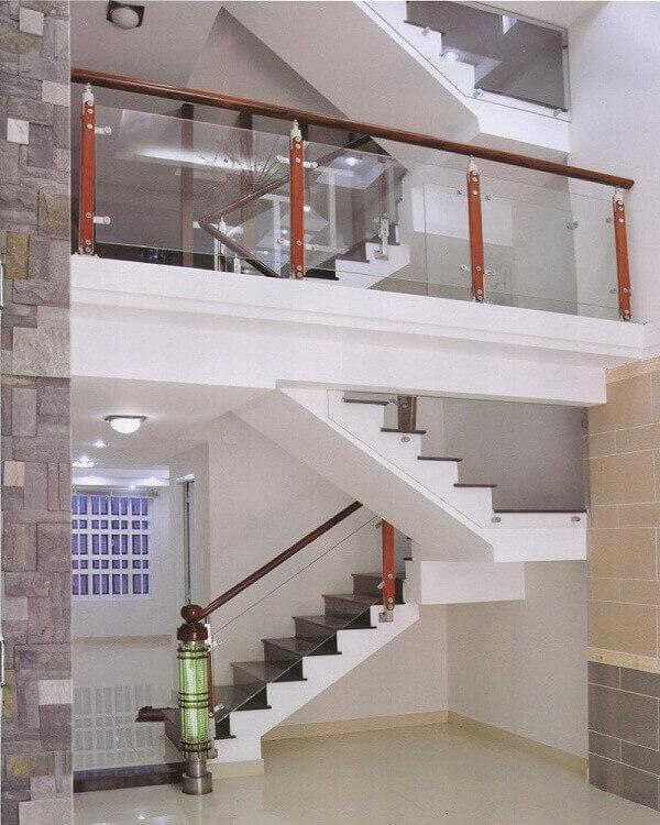 Ngôi nhà được lắp đặt cầu thang kính là lan can kính ban công