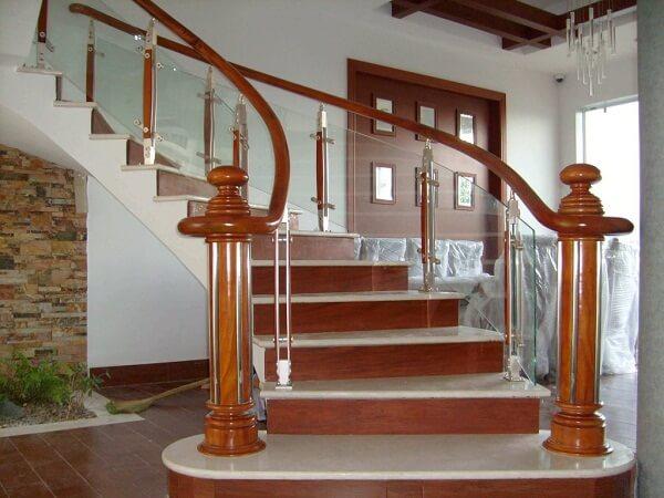Chân cầu thang to vững chắc tạo điểm nhấn cho bộ cầu thang kính