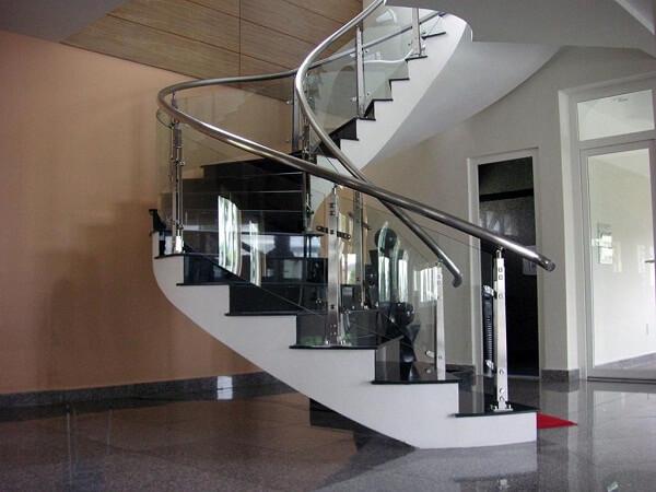 Cầu thang kính xoắn với tay vịn inox và kính cường lực trắng trong