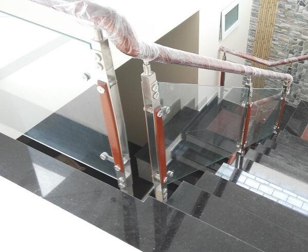 Lan can cầu thang với kính lửng tạo sự thoáng đãng hơn