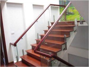 Lan can tay vịn gỗ màu đỏ đô hài hòa với bậc thang