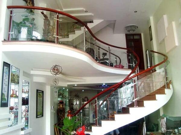 Mẫu lan can cầu thang kính xoắn tinh tế, gàm cầu thang cao
