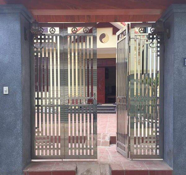Cửa cổng nhà bằng inox 4 cánh với diện tích nhỏ tiết kiệm chi phí