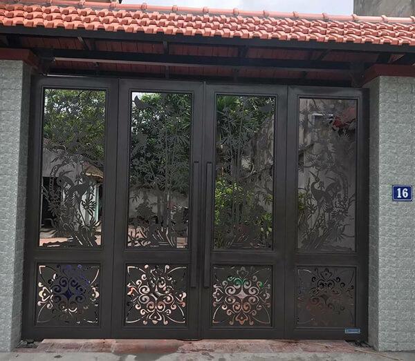 Lắp đặt cổng nhà bằng sắt 4 cánh với hoa văn tinh tế tại Quảng Ngãi